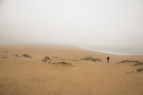 La niebla nos sorprende entre las dunas bajando del  Bellavista.