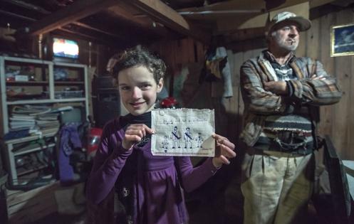 Sariane me regala un dibujo en el que salimos todos. Carlos y yo salimos con nuestras cámaras de fotos colgadas del hombro.