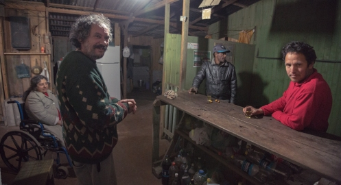 """Ojos azules"" nos lleva al bar que frecuenta a probar la cachaça, bebida típica de Brasil."