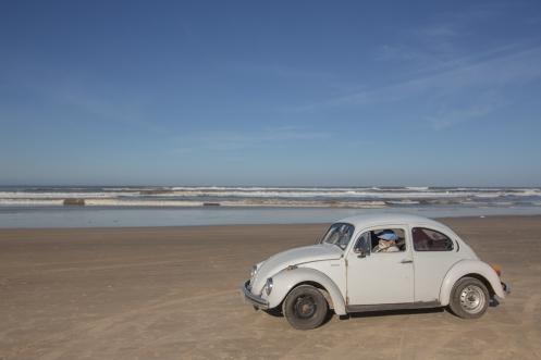 Llego al Océano. Una inmensa playa por la que circulan hasta escarabajos, aqui los llaman Fusca.