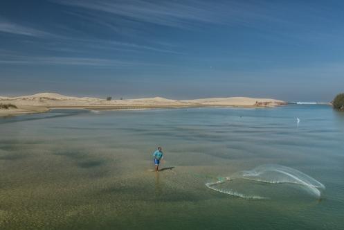 Un hombre pesca con red en Camacho