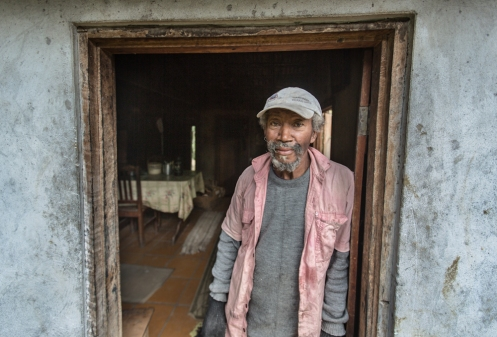 Un vecino del barrio encantado, en los alrededores de Garopaba, sala a la puerta para saludarnos.