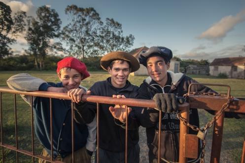 Niños gauchos trabajando en el campo.