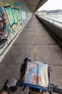Entrando a la isla de Florianópolis por su ciclovía bajo el puente.