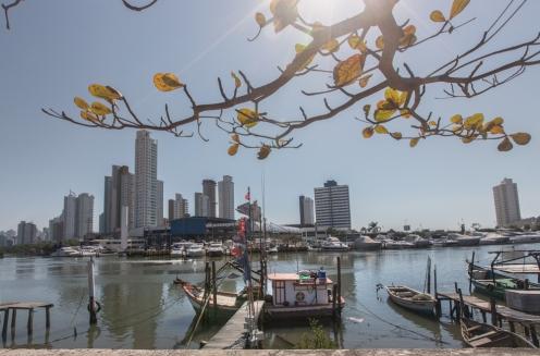 Barcos pesqueros y yates de lujo comparten lugar en el balneario de Camboriú