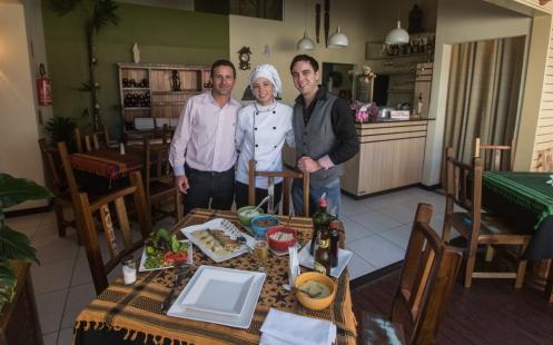 Comiendo en el restaurante Sinestesia. De izquierda a derecha: Junior, Fran y Marcos.
