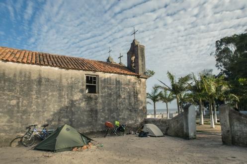 Cubiertos por la vieja iglesia pasamos una noche entre torbellinos de arena que entraban por la mosquitera de la carpa.