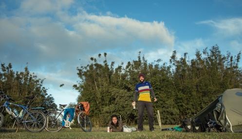 No hay nada mejor que parar de pedalear pronto, comprar una cerveza, y disfrutar de los ultimos rayos del sol sobre la hierba.