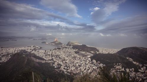 Magestuosa vista de la ciudad de Río desde lo alto del Corcovado.