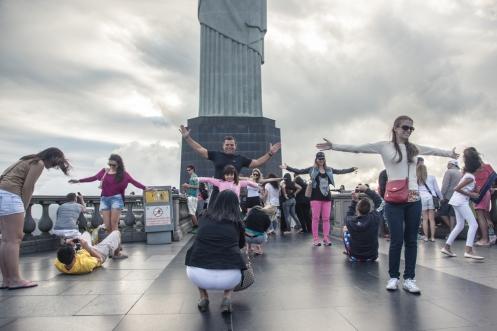 """Es muy gracioso ver a todos los turistas hacerse """"la foto"""" bajo el Cristo Redentor."""