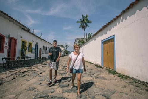 Mi madre y hermano pasean por las calles de Paraty.