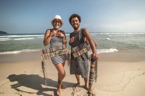 Leo y Estefanía se conocieron en el Bolsón, Argentina. Ahora viajan en moto pagando los gastos con las pulseras que hacen.