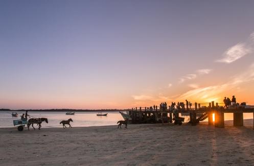 Todo los habitantes de Superagui acuden al muelle en busca de la balsa que llega de Paranaguá.