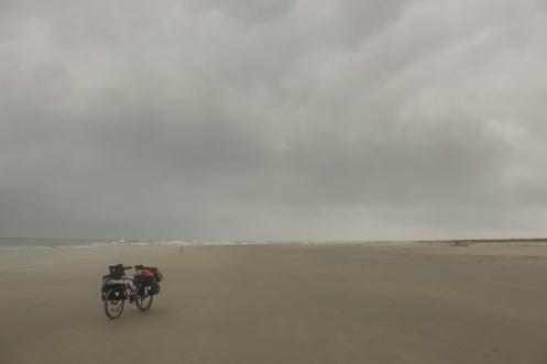 Pedaleo entre las nubes por una playa infinita que me lleva no se a donde...