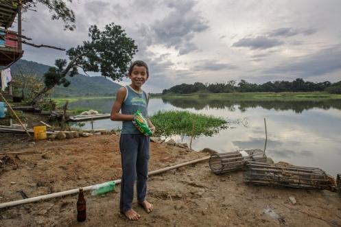 Joaquin vive con su familia en la casa de al lado. Su padre tambien vive de la pesca en el rio.