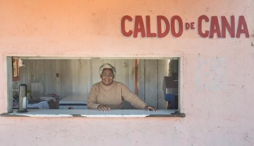 Rosalía prepara un Caldo de Cana (zumo de caña de azúcar) exquisito a la entreda de Paranaguá.