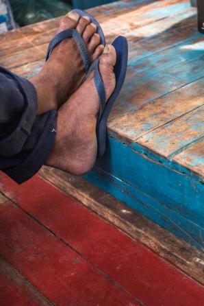 Viajo en el barco con los moradores que van a la ciudad para hacer la compra.