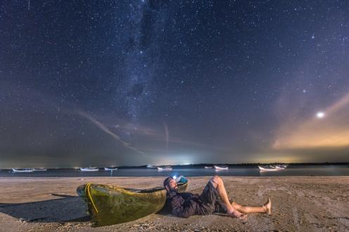 Sobre una canoa artesanal tallada de un solo tronco descanso en la playa de Superagui admirando las estrellas.