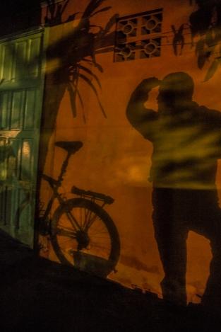 """Cuando anochece una luz cercana a mi casa de tela genera unas sombras que no puedo evitar fotografiar. En instagram la llame """"esencia de Brasil"""""""