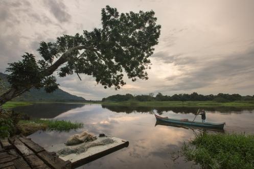 Manuel sale a pescar en su canoa después de haberme  dejado un lugar con techo para descansar