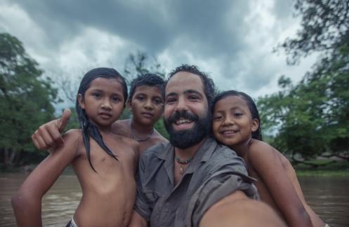 Hemos pasado toda la tarde juntos jugando en el agua, sacandonos fotos, y explorando por el río. Al final nos hacemos nuestra foto de grupo para el recuerdo.