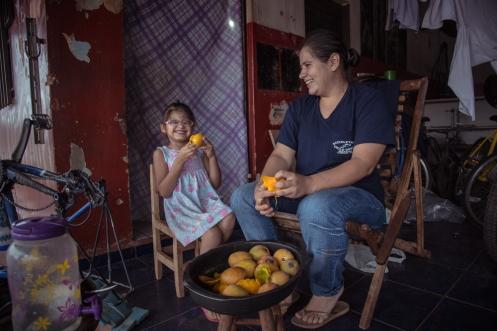 Patricia y Onieli comen Mangos en la tarde hasta no poder más.
