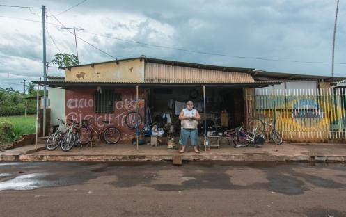 Fabio frente a su bicicletería en Terenos