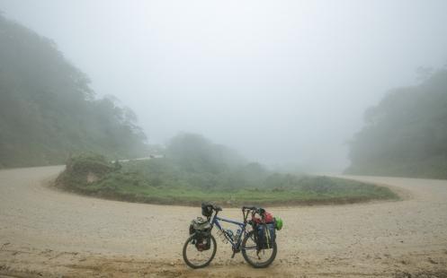 Sigo subiendo sumergido en las nubes que invaden la montaña.