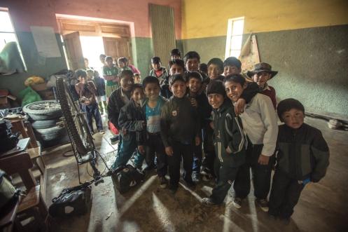Los niños del colegio de un pequeño pueblo observan cada movimiento que hago al descubrir que estoy durmiendo en su gimnasio.