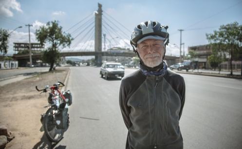 Hache tiene 73 años y se ha recorrido el mundo en bicicleta. Me acoge en su casa de Cochabamba durante unos días enseñándome que las cosas se hacen, no se piensan.  Me acompaña a la salida de la ciudad el día que me voy hacia la Paz.