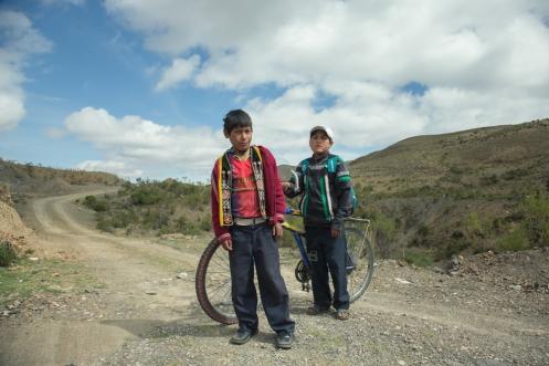 Eduardo y Leonardo viven en Cochipamba y cada mañana a las 5 recorren los dos sobre la misma bicicleta 2 horas de trayecto para sembrar patatas. Volvi un trayecto con ellos, y bajaban por la carretera a más de 65 km/h!!