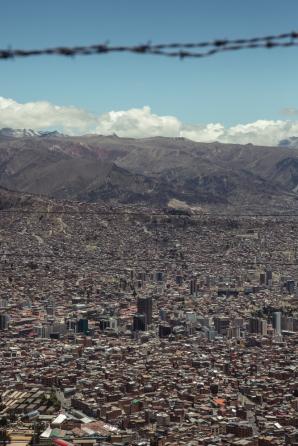 La Paz se encuentra ubicada dentro de un inmenso agujero rodeado de montañas.