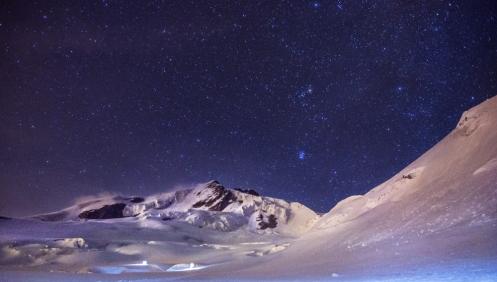 Las estrellas nos acompañan todo el camino hasta la cumbre.