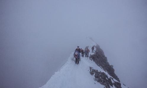 En la cresta que nos lleva a la cumbre nos vamos encontrando con el resto de escaladores