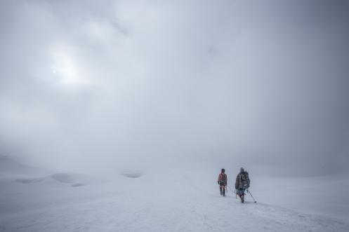 La niebla nos acompaña todo el descenso.