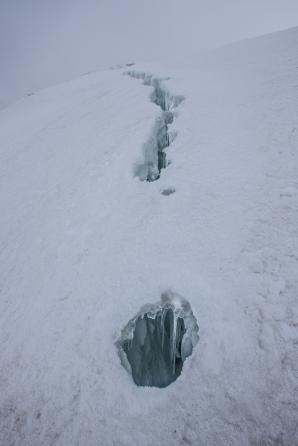 Caminamos entre las grietas del glaciar. Tienen más de 40 metros de profundidad.