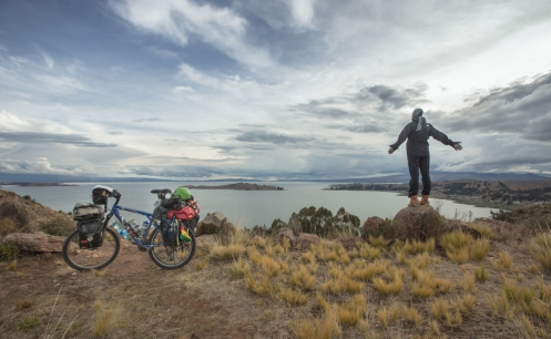 Encuentro un lugar privilegiado para pasar la noche sobre el lago Titicaca, pleno.