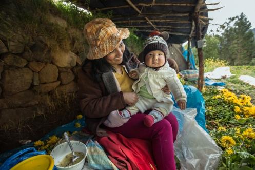 La Mamá de Maria Fernanda hace un alto en el trabajo para dar de comer a su hijo Rodrigo.