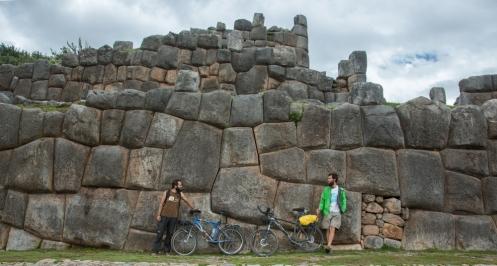 Frente a las magníficas piedras de las ruinas de sacsayhuaman a las afueras de Cuzco junto a un gran compañero de viaje argentino, Federico.