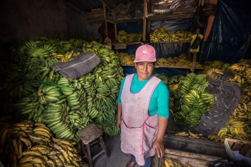Roberta separa los plátanos verdes de los maduros para mandar a las tiendas de Cuzco.