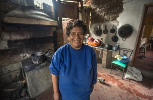 Leonor ha vivido siempre en el valle con sus árboles de aguacate y mango. Ahora es feliz de que la carretera pase por la vereda de su casa para poder vender más fácil. Desprende alegria, paz, felicidad.
