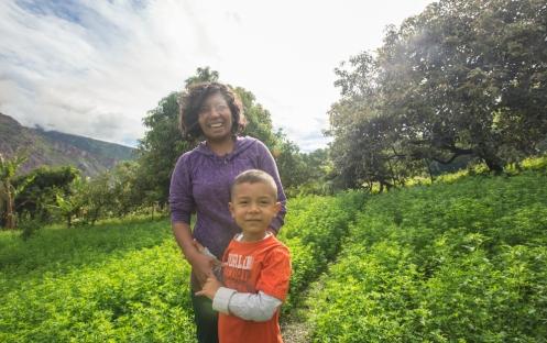 Eli se crió aqui, entre mangos, aguacates y alfalfa. Ahora vive en Vancouver con su marido y su hijo.