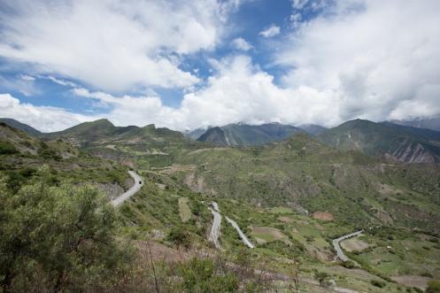 Curvas que ascienden por las montañas desde los 1900 msnm hasta los 4150 msnm durante kilómetros de laderas interminables.