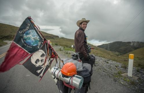 Gullermo esta viajando de Ushuaia a Alaska. Un auténtico buscavidas con un corazón más grande que cualquiera de su inmensas alforjas.