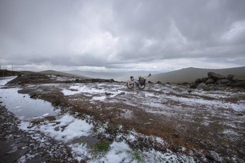 Sobre los 4000 msnm el tiempo puede sorprenderte con cualquier imprevisto... hoy fue el fuerte granizo el que me hizo agachar la cabeza para no sentir como se estrellaba en mi congelada nariz.