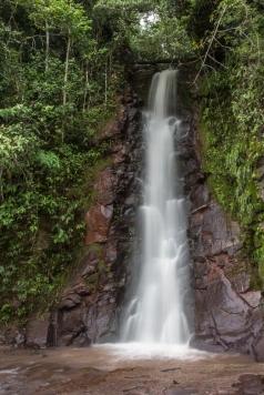 Miles de cascadas como esta bañan el camino.