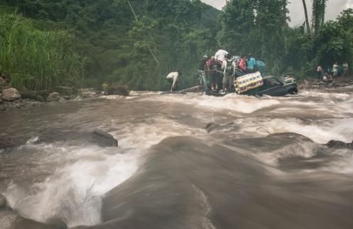 Los ríos en esta época de lluvias bajan crecidos y su cruce se torna en ocasiones peligroso.