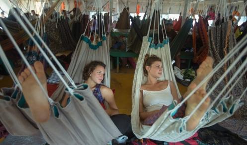 Ana y Agustina tienen 20 años y durante sus vacaciones viajan por Sudamérica con sus mochilas.