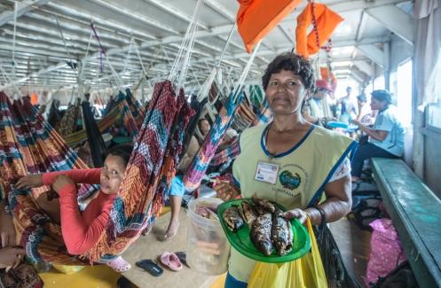Esta mujer vende pescado frito en una de las paradas que realizamos en un pueblo.