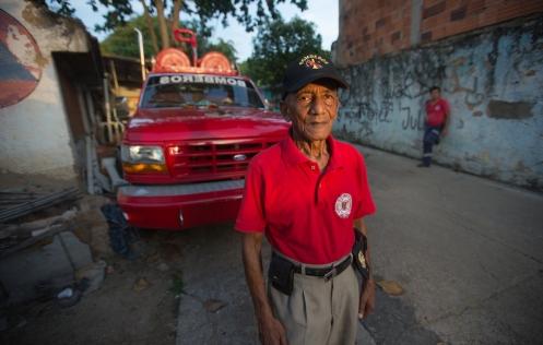 David es el capitan del cuerpo de bomberos de Melgar, lleva desde los años 50 en el cuerpo. Me trata con una amabilidad natural que me hace sentir como en mi hogar.